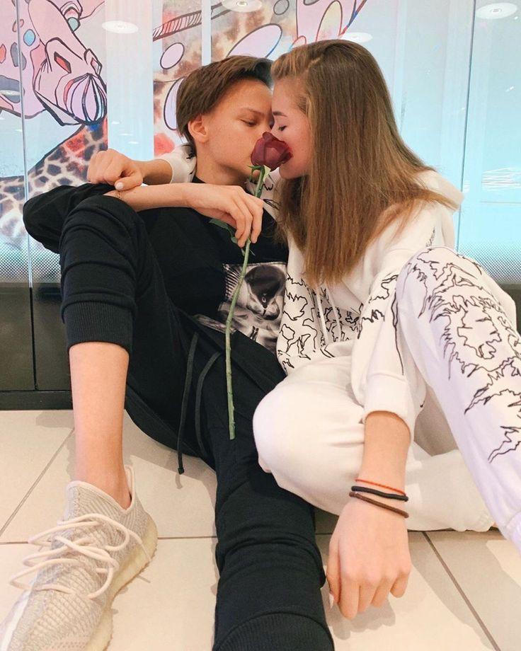 Егор Шип и его девушка целуются