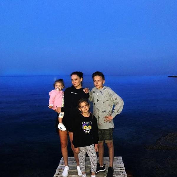 Егор Шип с мамой и сестрами