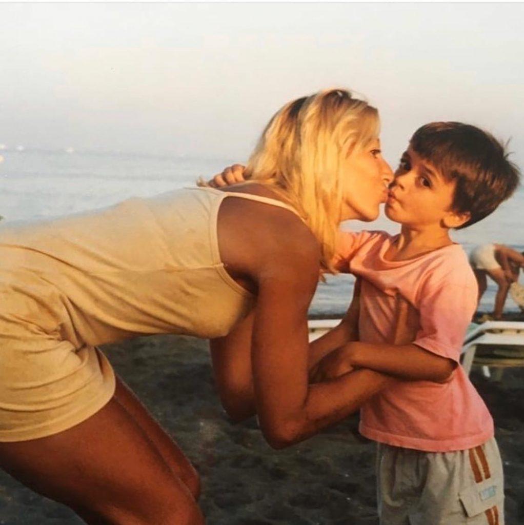 итзан эскамилья в детстве с мамой