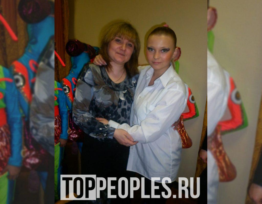Анастасия Созоник в детстве с мамой