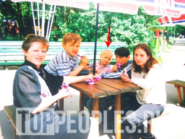 Ваня Усович в детстве с мамой и братом