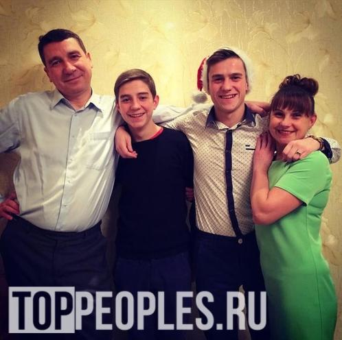 Влад Глент с семьёй (родителями и братом)