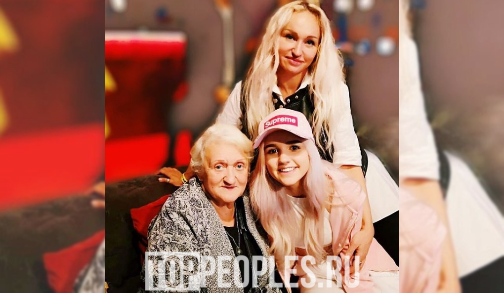 Ева Миллер с мамой и бабушкой