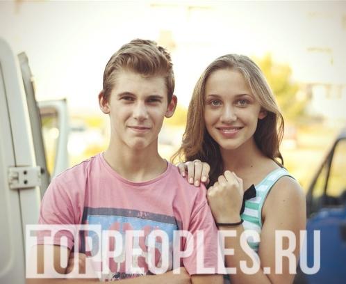 Миа Бойка с братом в детстве без синих волос
