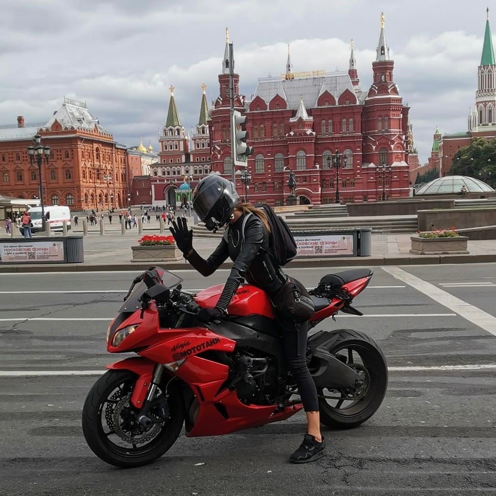 МотоТаня Озолина фото в шлеме на мотоцикле