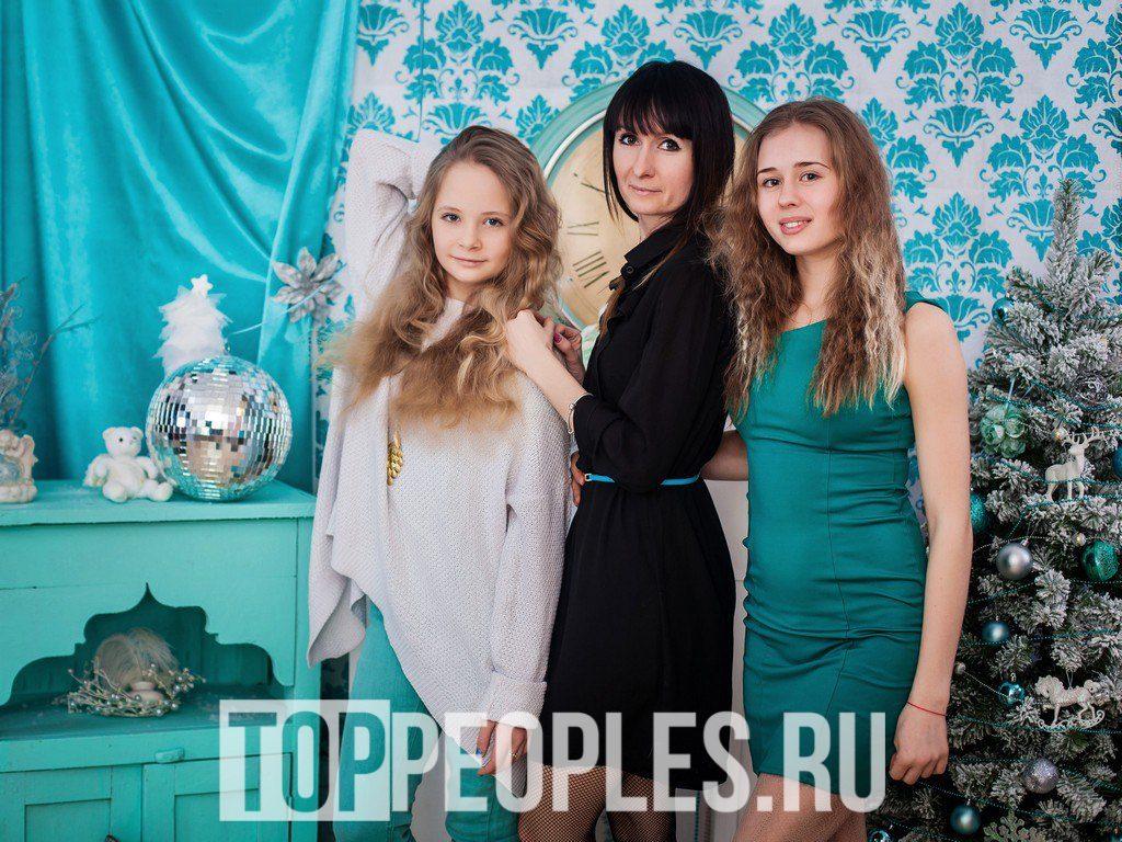Ольга Нечаева в детстве с сестрой и мамой