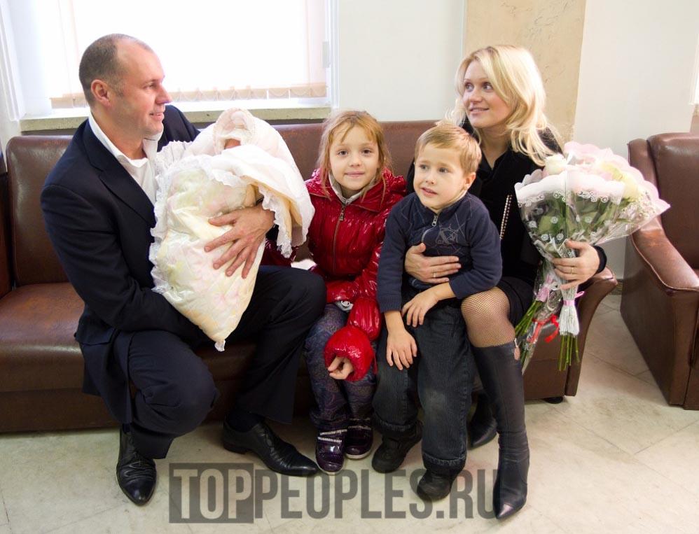 Василина Юсковец в детстве с родителями