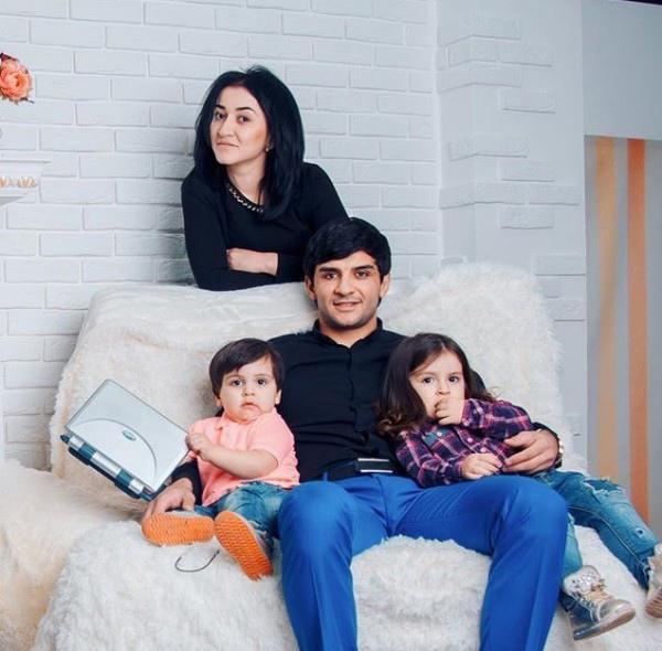 Ислам Итляшев с женой и детьми